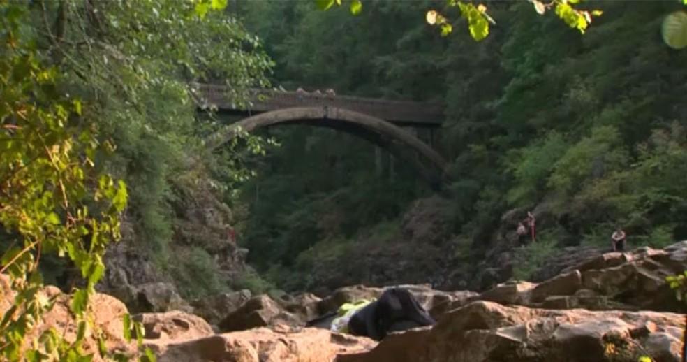 -  Ponte de onde a jovem foi empurrada  Foto: NBC