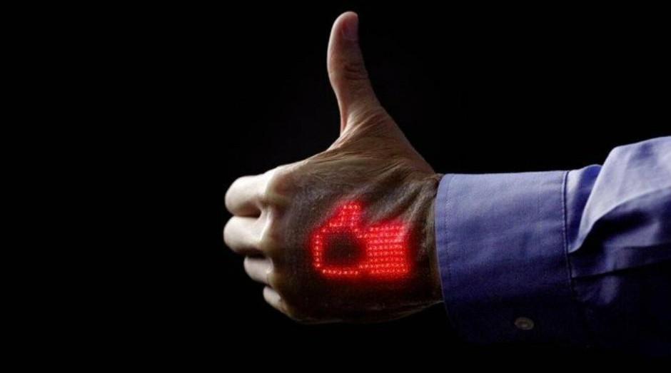 Tela de LED pode ficar colada na pele dos pacientes por uma semana   (Foto: Divulgação)