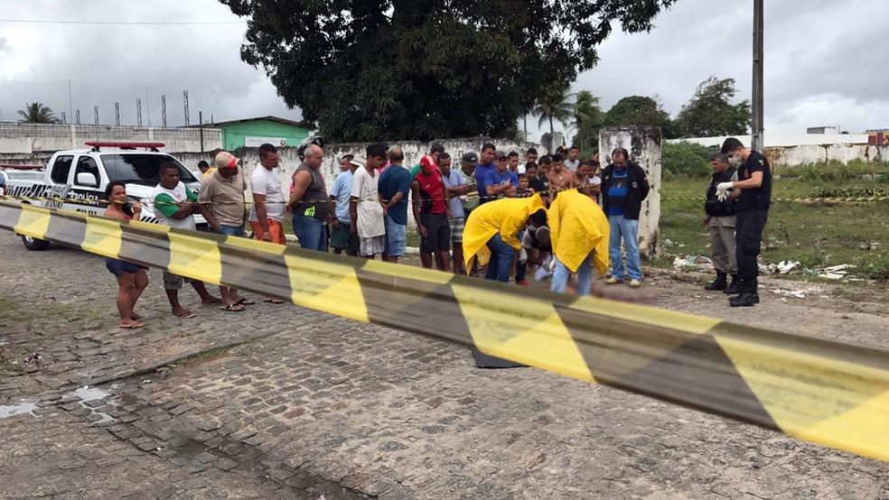Homem foi morto com pelo menos cinco tiros em Santa Rita (Foto: Walter Paparazzo/G1)