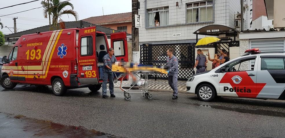 Vítima chegou a ser socorrida, mas não resistiu aos ferimentos após discussão, em Santos, SP — Foto: G1 Santos