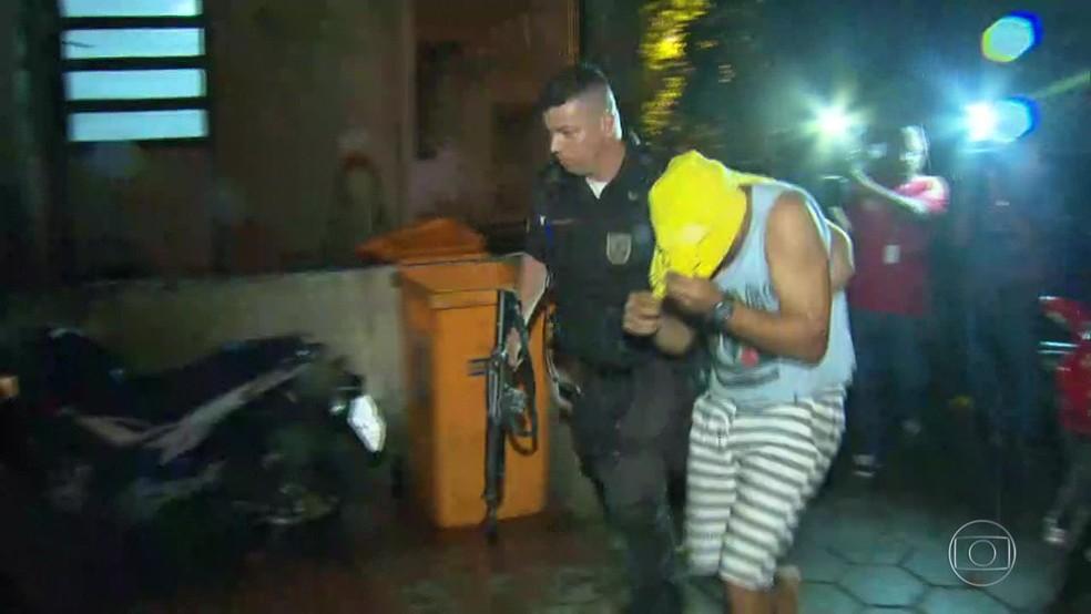 PM que atirou em jovem em festa em Campo Grande chegou a ser levado para a Divisão de Homicídios, na Barra da Tijuca (Foto: Reprodução/ TV Globo)