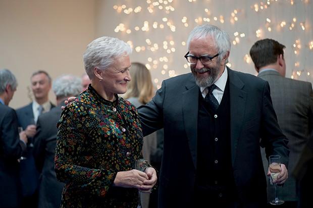Glenn Close e  Jonathan Pryce em cena de A esposa (Foto: Divulgação)
