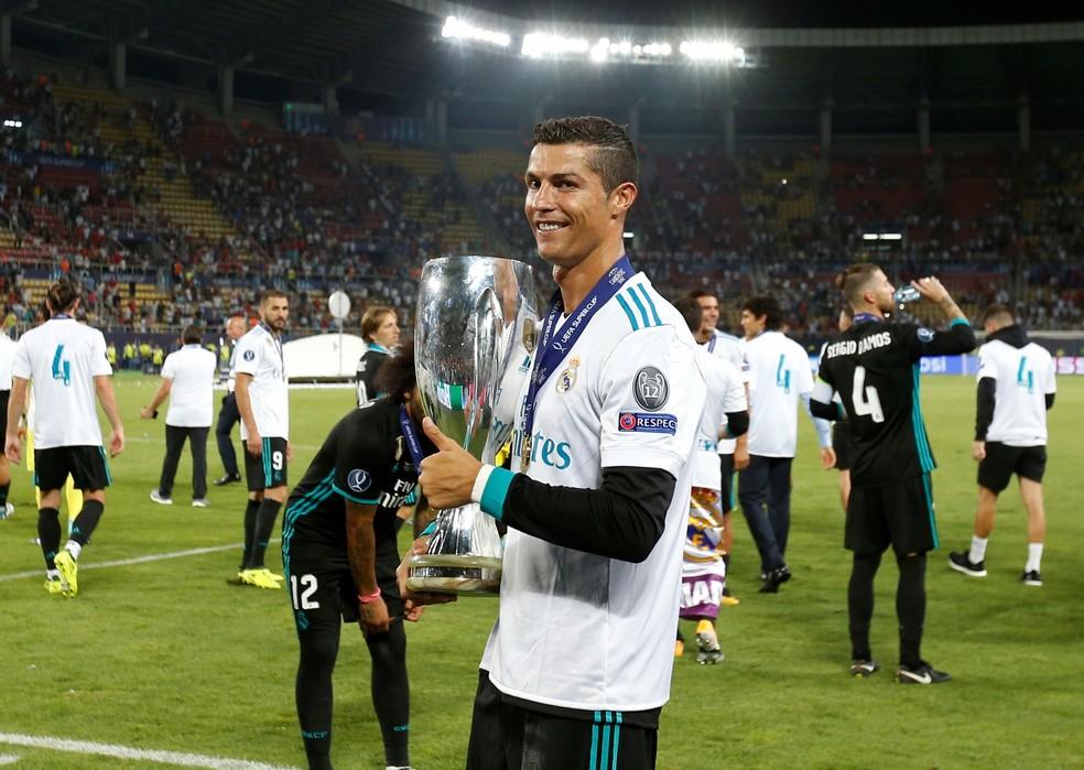 Cristiano Ronaldo com o troféu da Supercopa da Europa (Foto: Reuters)