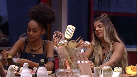 Na cozinha, Hariany fala para sisters: 'Se eu tivesse a voz de vocês, pagava de cantora na internet'