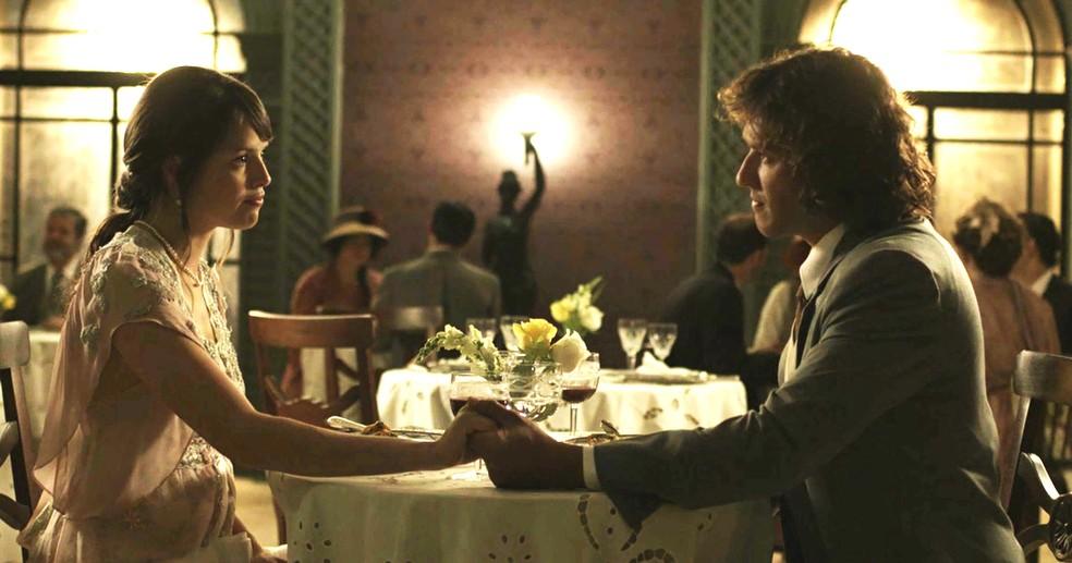 Ema e Edmundo fecham acordo e ficam noivos  (Foto: TV Globo)