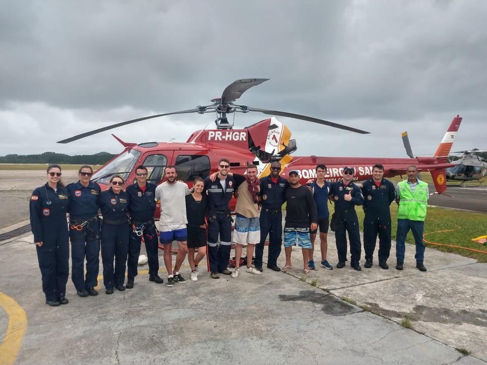 Turistas resgatados pelos bombeiros neste sábado — Foto: Arcanjo/ Divulgação