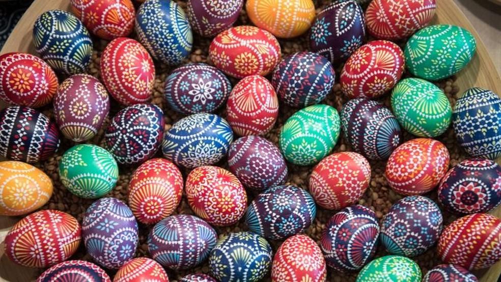 Ovos representam vida e renascimento; acima, exemplares decorados, em uma tradição que remonta à Idade Média — Foto: Getty Images via BBC