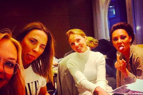 A cantora Mel B com o dedo do meio levantado em meio a uma reunião com as colegas de Spice Girls (Foto: Instagram)