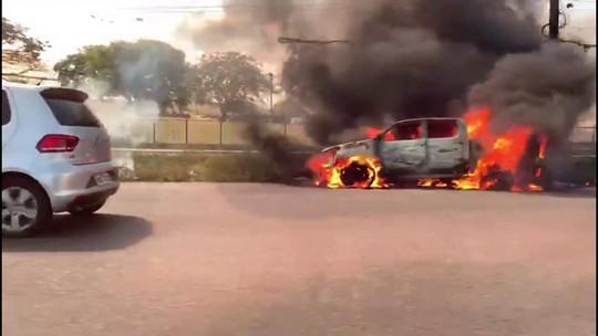 Caminhonete pega fogo e fica destruída no Complexo de Salgadinho, em Olinda