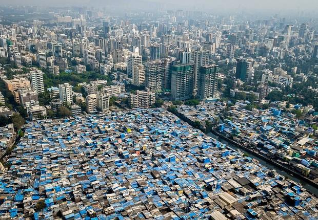 Desigualdade em Mumbai, na Índia (Foto: Johnny Miller)
