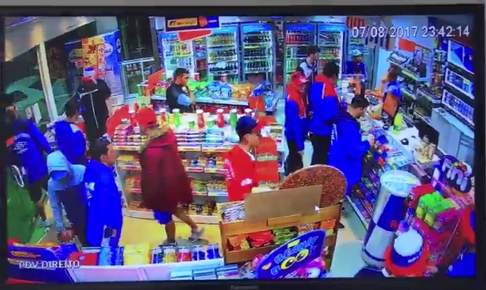 Câmera registrou movimentação de torcedores uruguaios na loja de conveniência (Foto: Polícia Militar/Divulgação)
