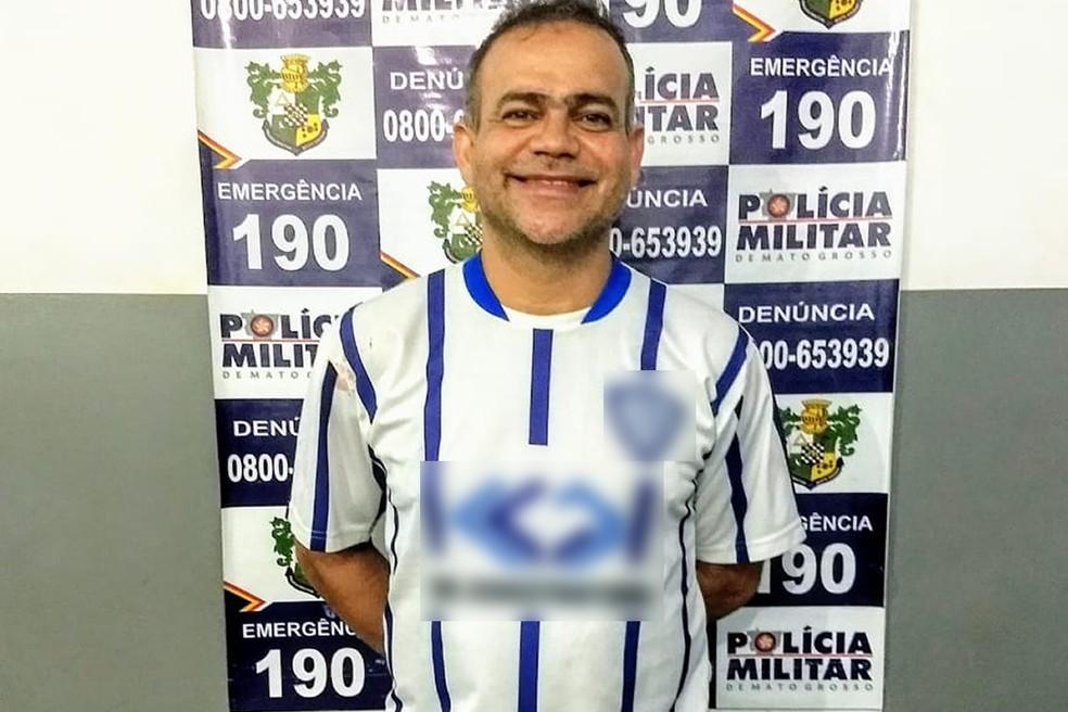Hilton Taiguara de Amorim, de 46 anos, sorriu ao posar para foto após ser preso (Foto: PM/Divulgação)