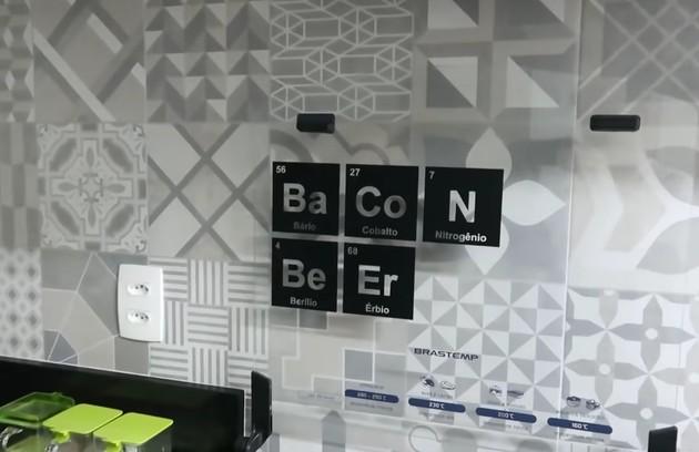 Detalhe da decoração da cozinha: os elementos químicos formam as palavras bacon e beer (cerveja em inglês) (Foto: Reprodução)