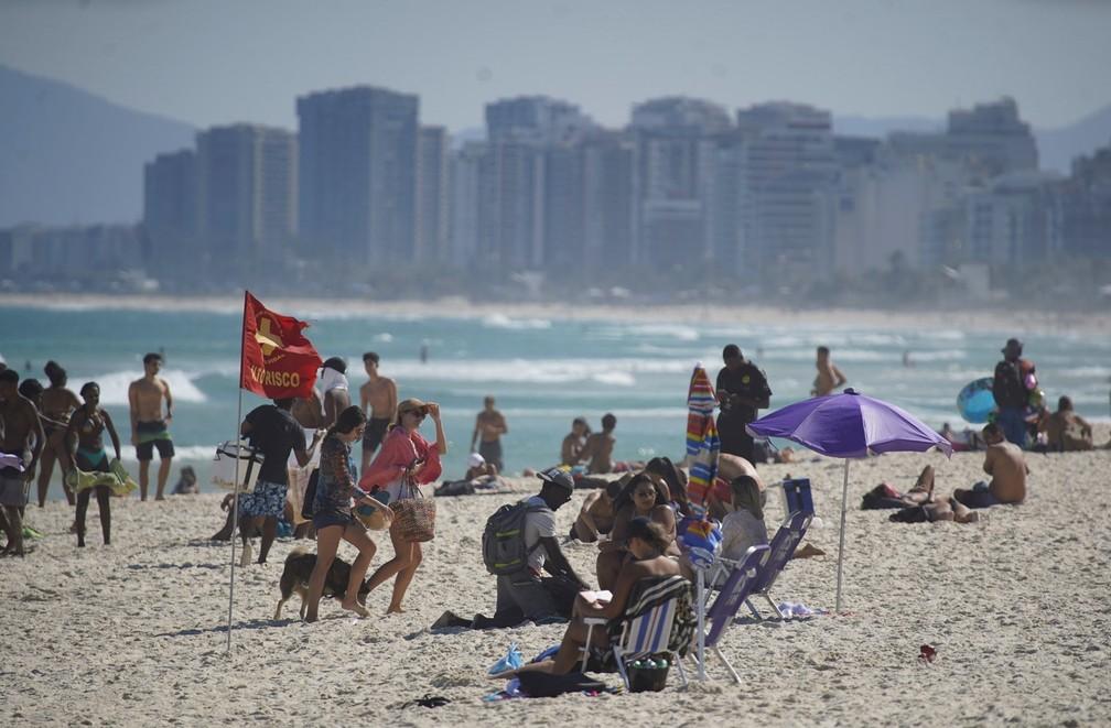 Mesmo com proibição, banhistas ficaram sentados na areia da Praia da Barra da Tijuca, na Zona Oeste do Rio, na tarde desta sexta-feira (7)  — Foto: Marcos Serra Lima/G1