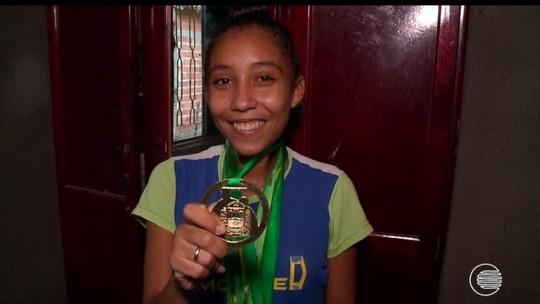 Promessa do atletismo se destaca nas pistas aos 15 anos com nome surpreendente: Crisleisvaniquele
