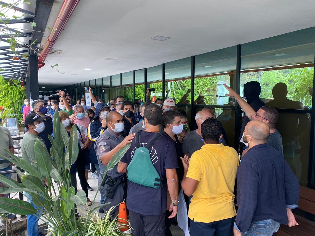 Protesto de empresários por ajuda fiscal na quarentena causa aglomeração em Ilhabela