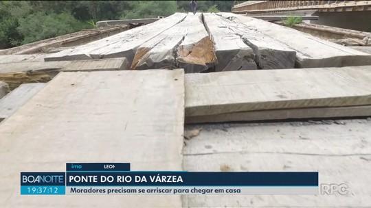 Rio da Várzea: Moradores se arriscam em ponte de madeira quebrada, ao lado de estrutura nova que não foi concluída