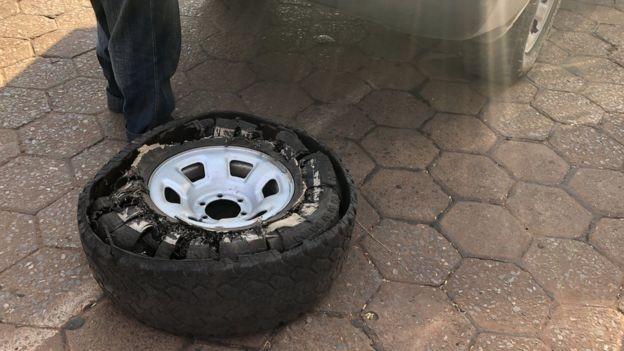 BBC - Condições nas regiões de incêndio têm feito pneus estourarem por causa do calor (Foto: MARCELO PÉREZ DEL CARPIO VIA BBC)