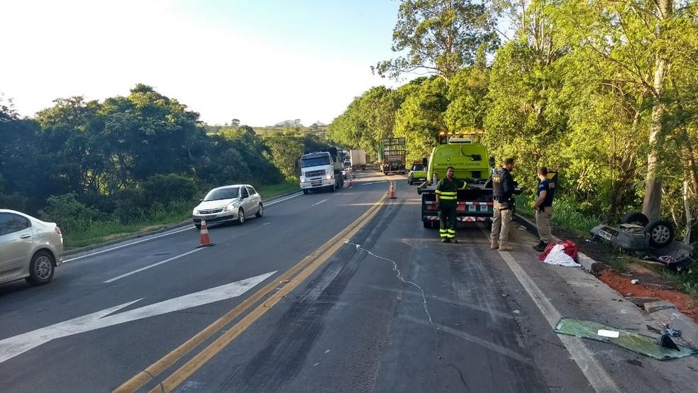 Carreta e carro bateram de frente na BR-101, no Espírito Santo (Foto: Luciney Araújo/ TV Gazeta)