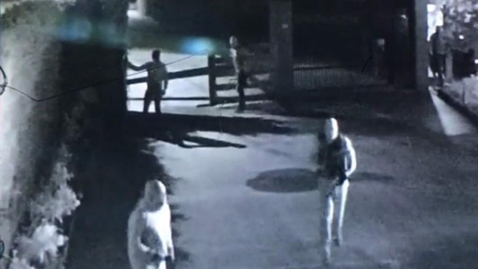 Imagens de câmeras de segurança mostram bandidos encapuzados na casa de empresário assassinado, em Aldeia — Foto: Reprodução/TV Globo