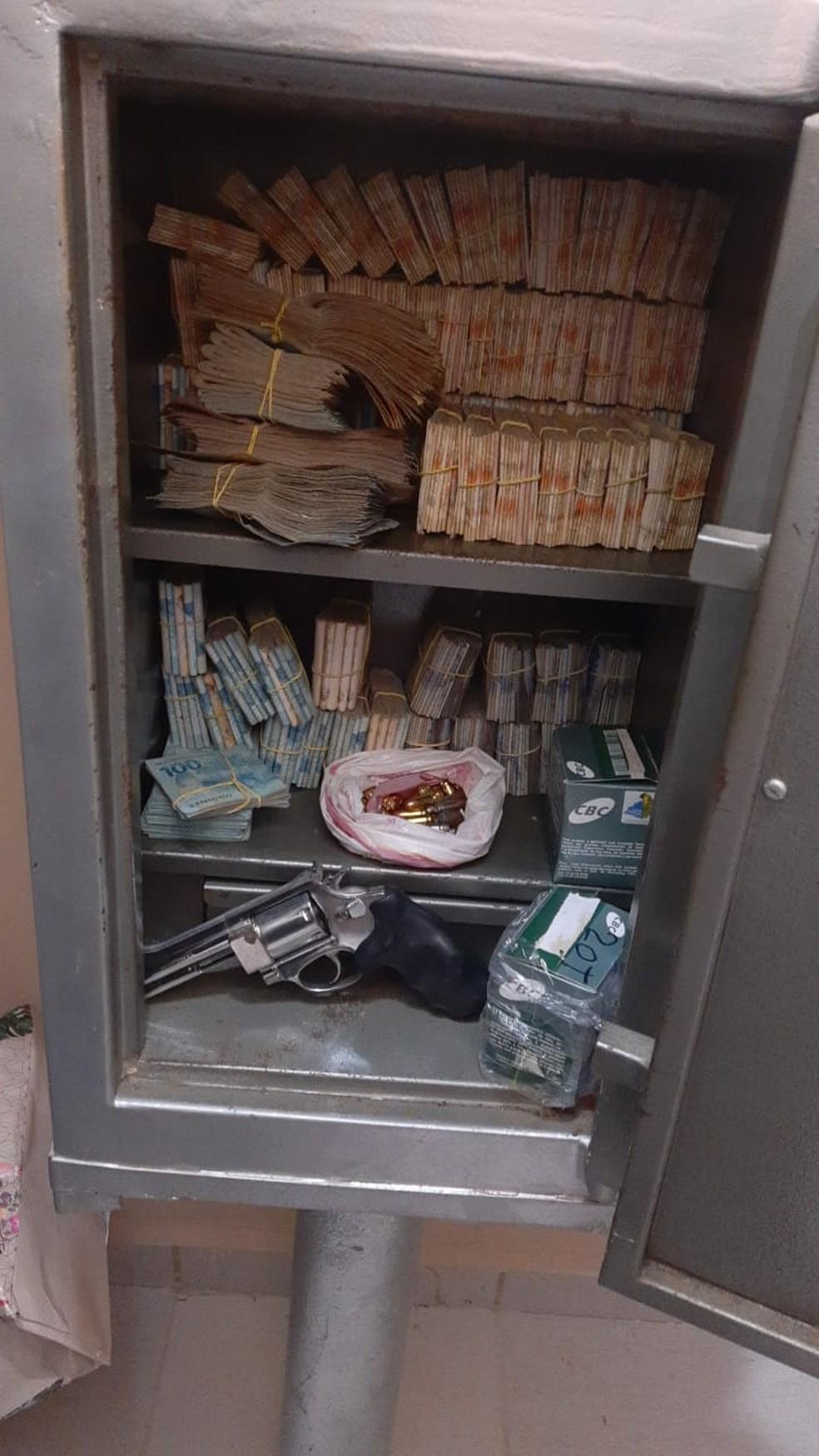 Dinheiro foi encontrado dentro de cofre na cidade de Arapiraca, Alagoas — Foto: SSP