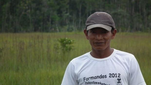 Pesquisa sobre ariranhas contou com membros do povo baniwa, como Valêncio Macedo (Foto: NATÁLIA PIMENTA via BBC)