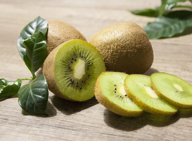O kiwi é uma fruta leve, saborosa e refrescante (Foto: Pixabay/Skica911/Creative Commons)