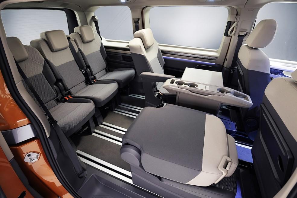 Sucessora da Volkswagen Kombi tem pintura saia-e-blusa, câmbio no painel e motor do Golf GTI 36