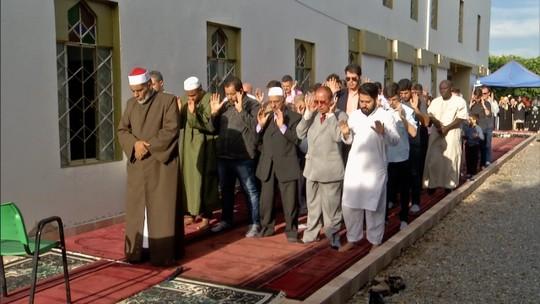 Muçulmanos celebram o fim do Ramadã com orações e café da manhã em Anapólis