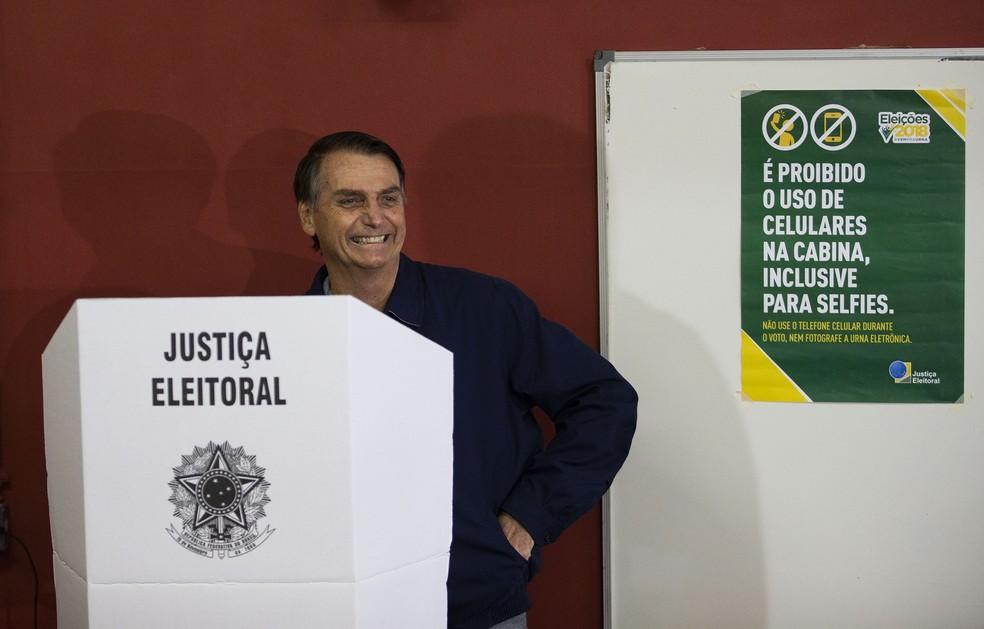 O candidato Jair Bolsonaro (PSL), durante a votação no primeiro turno, em escola no Rio de Janeiro — Foto: Wilton Junior/Estadão Conteúdo