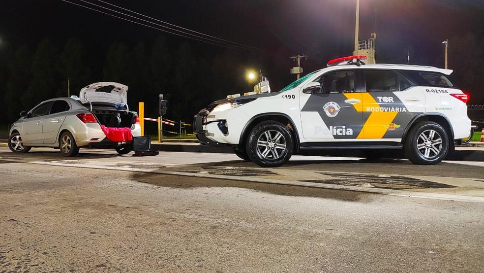 Abordagem de táxi foi feita na SP-300 em Avaí — Foto: Polícia Rodoviária/Divulgação