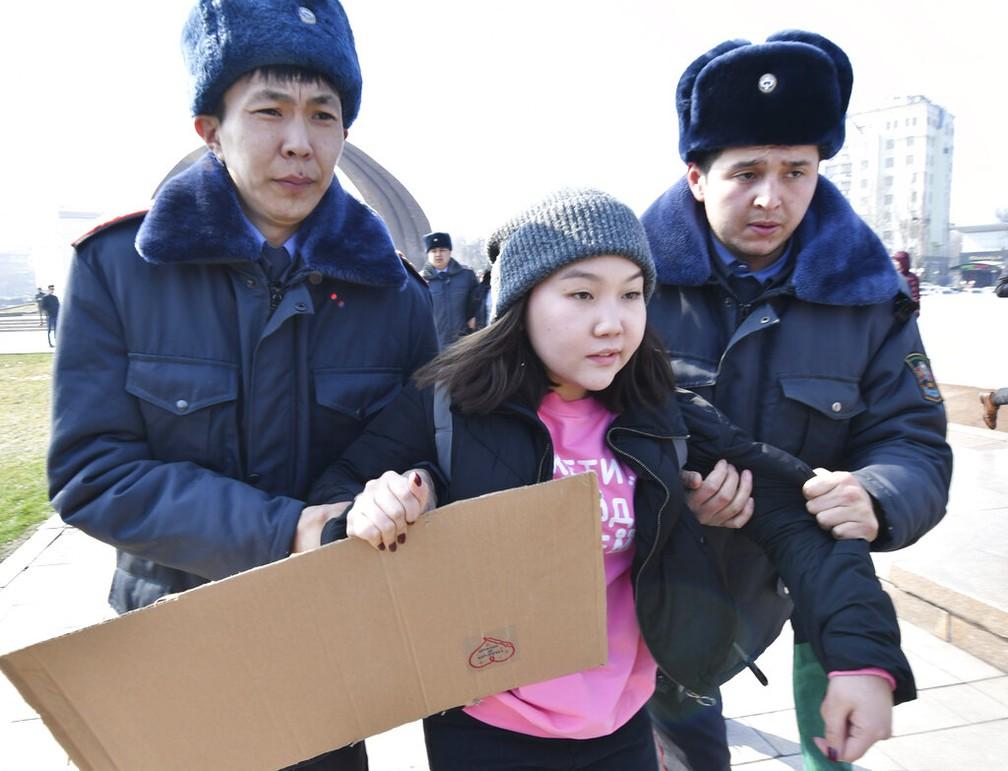 Uma ativista do Femen no Quirguistão é detida pela polícia durante ato do dia 8 de março de 2020 — Foto: Vladimir Voronin/AP