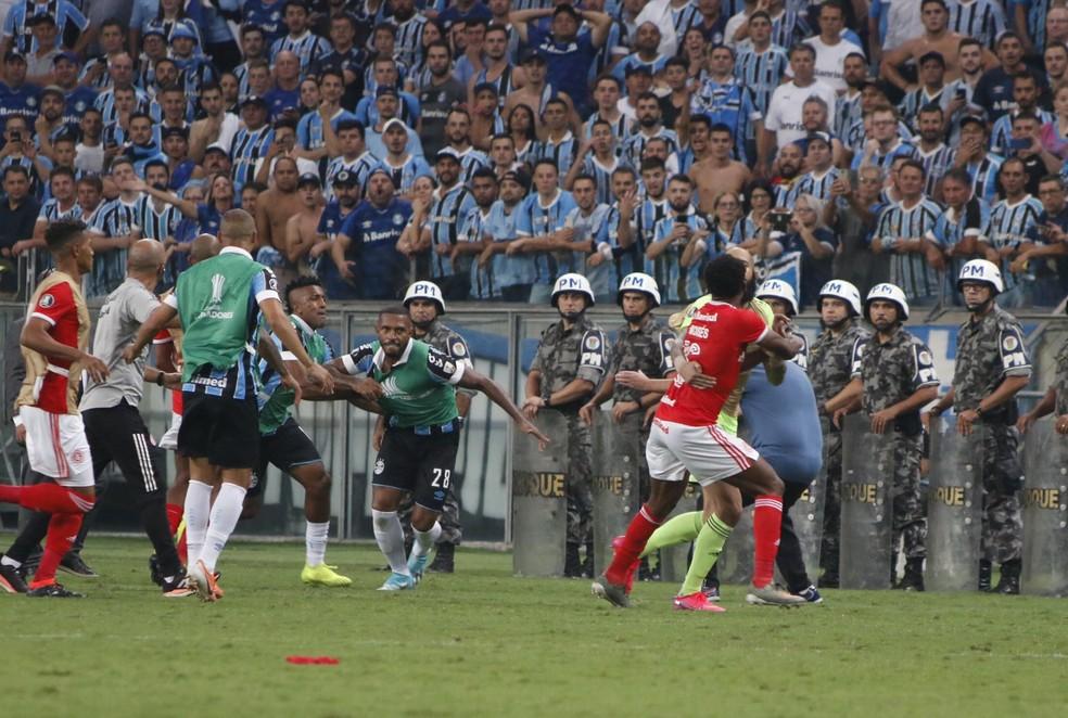 Moisés e Paulo Miranda protagonizaram briga no Gre-Nal 424 — Foto: Eduardo Moura/GloboEsporte.com