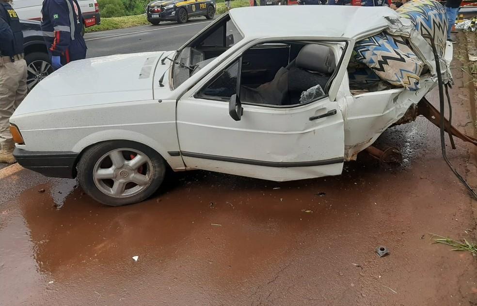 Caminhão bateu na traseira do carro na BR-369, em Santa Mariana, na região norte do Paraná  — Foto: Divulgação/PRF