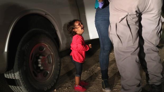 A foto de John Moore se tornou um símbolo de famílias migrantes que tentam entrar nos EUA com menores (Foto: John Moore/Getty Images)