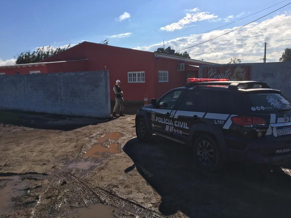 Polícia investia a motivação dos crimes em Mostardas. — Foto: Josmar Leite/RBS TV