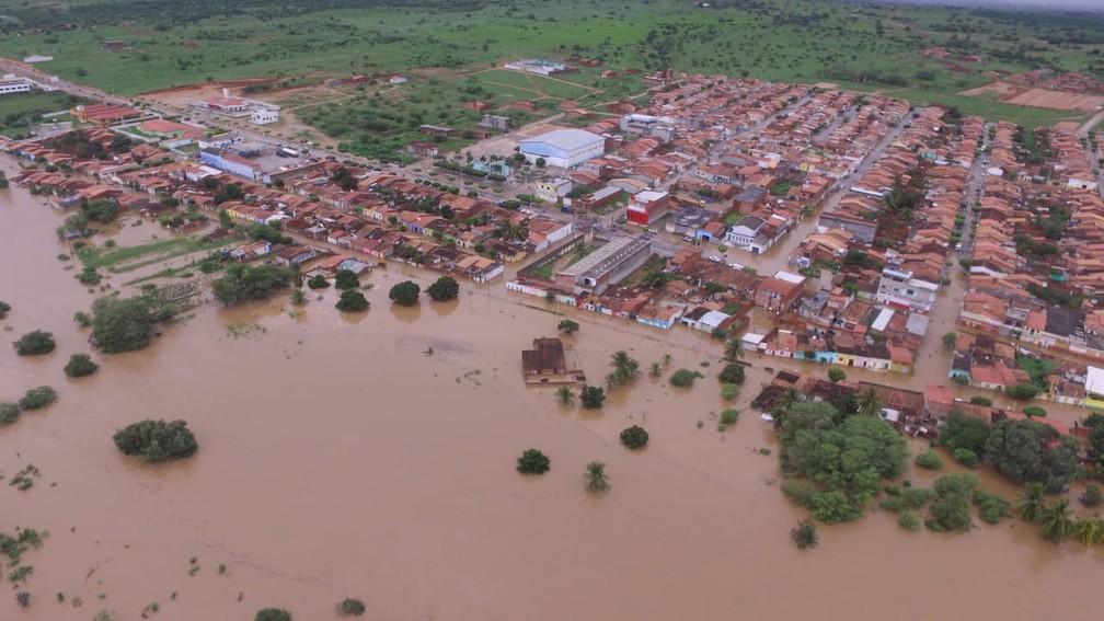 Foto mostra como a cidade de Coronel João Sá, na Bahia, ficou após chuva forte e rompimento de barragem em cidade vizinha — Foto: Studio Júnior Nascimento