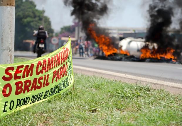 Caminhoneiros protestam na BR 040, nas proximidades da cidade de Valparaíso de Goiás (Foto: Marcelo Camargo/Agência Brasil)