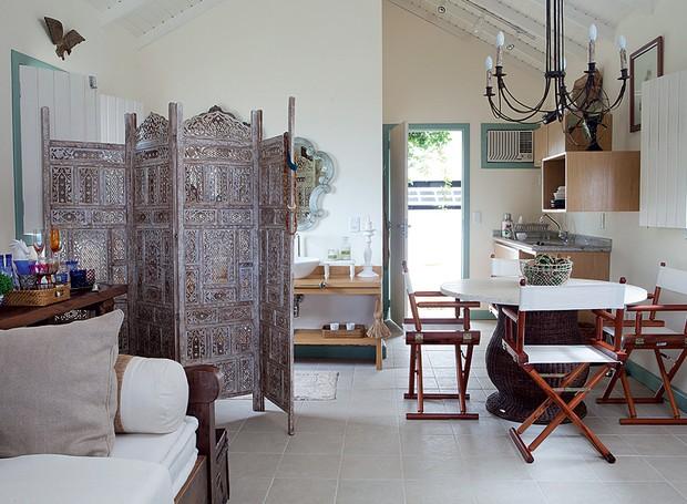 """A cabana de pescador foi transformada em casa de hóspedes na propriedade do publicitário Wilfredo Gomes. A arquiteta Deborah Cordovil recuperou a construção e integrou todos os ambientes. O banheiro fica """"escondido"""" atrás de um biombo (Foto: Lufe Gomes/ Editora Globo)"""