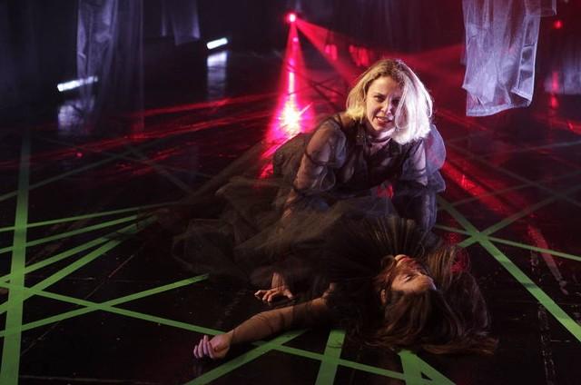 A atriz em cena na peça 'Quero Morrer Com o Meu Próprio Veneno' (Foto: Divulgação/Lenise Pinheiro)
