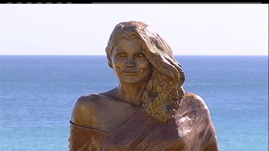 Arraial do Cabo, RJ, inaugura estátua em homenagem a Flávia Alessandra