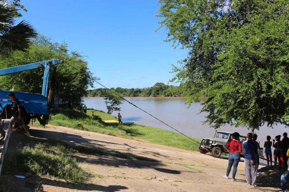 Carro caiu no rio Parnaíba e ninguém ficou ferido (Foto: Catarina Costa/G1)