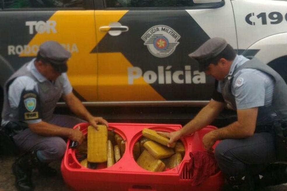 Skank estava dentro de uma caixa de som, em um ônibus (Foto: Polícia Militar Rodoviária/Divulgação)