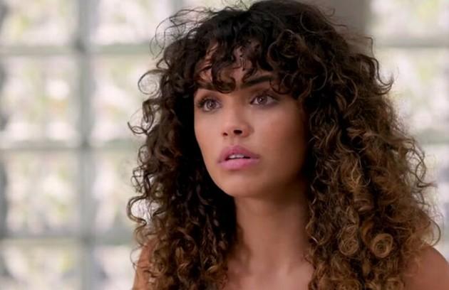 No sábado (20), Moana (Giovana Cordeiro) garantirá a Manu que não aconteceu nada entre ela e João (Foto: TV Globo)