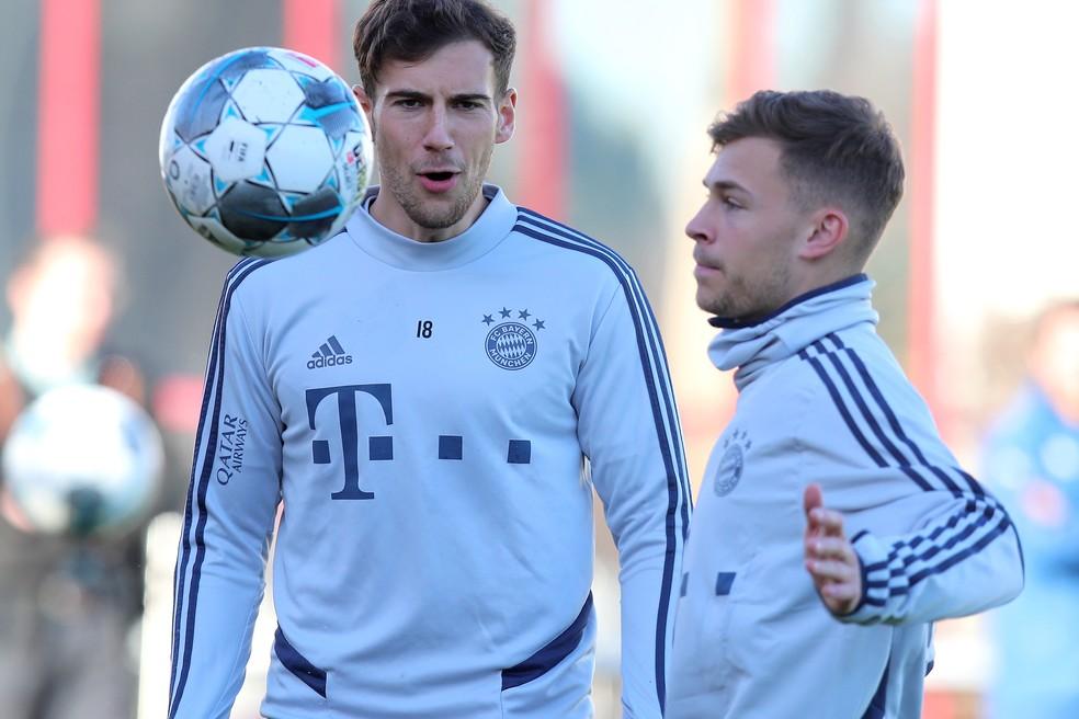 Goretzka, à esquerda, no treinamento do Bayern de Munique ao lado de Kimmich — Foto: Getty Images