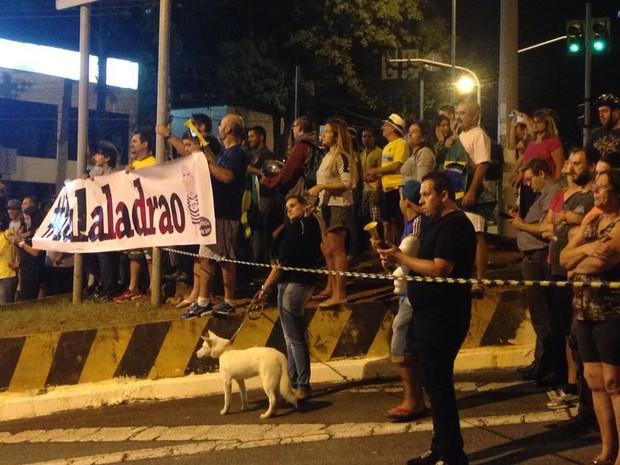 Manifestantes contra Lula fazem protesto em frente à casa do ex-presidente (Foto: Glauco Araújo/G1)