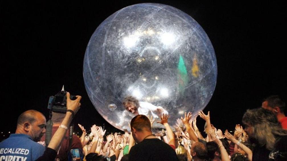 Antes mesmo da pandemia, Coyne utilizava uma bolha nos shows para 'rodar' pelo público — Foto: Flaming Lips/Divulgação via BBC