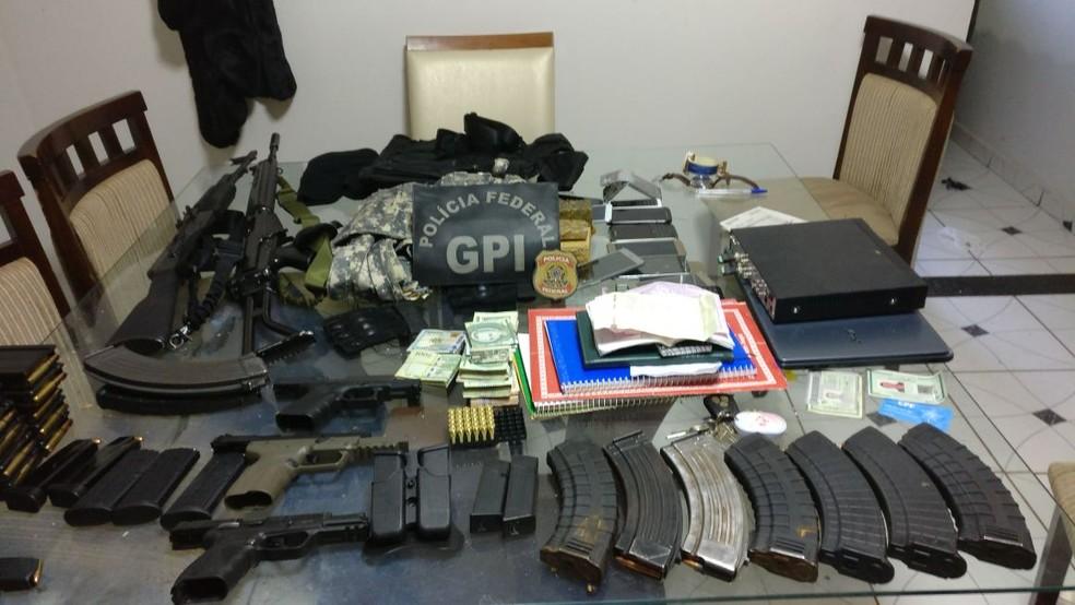 Arsenal encontrado pela Polícia Federal em bunker do PCC em Ponta Porã em agosto do ano passado (Foto: Polícia Federal/Divulgação)