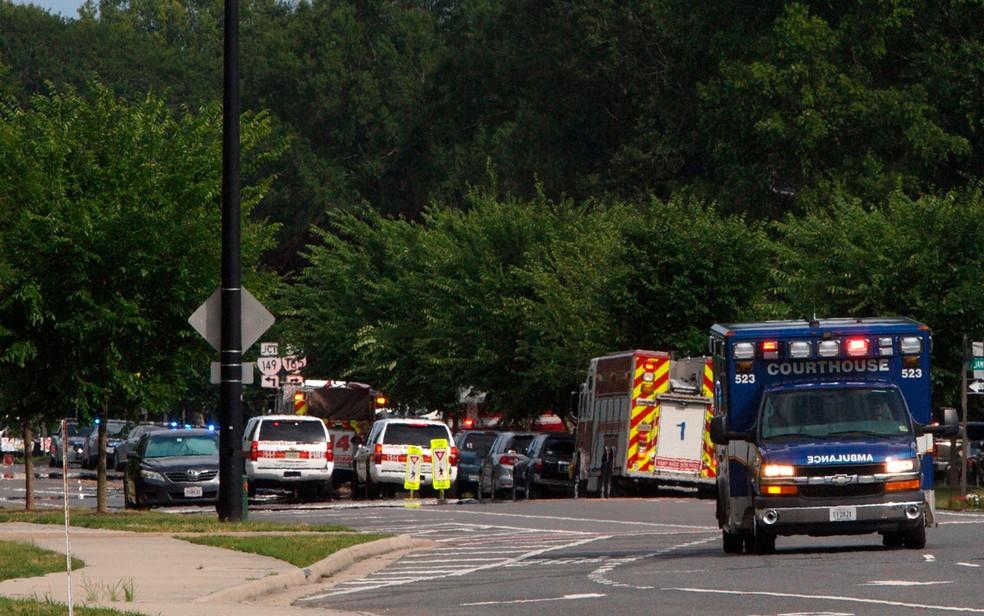Equipes de socorro respondem a chamado após tiroteio na prefeitura de Virginia Beach, nos EUA — Foto: Kaitlin McKeown/AP