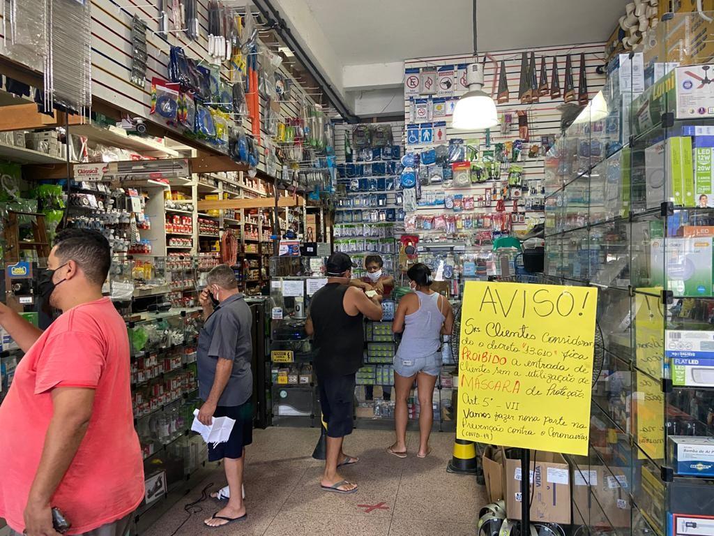 Lojas são multadas e fechadas no primeiro dia de flexibilização do comércio em Guarujá, SP